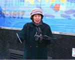 過去十幾年裡,有數十萬中國人在紐約法拉盛緬街的幾個退黨點用他們的真名或化名退出了共產黨的各種組織。圖為退黨點義工張靜榮。(施萍/大紀元)