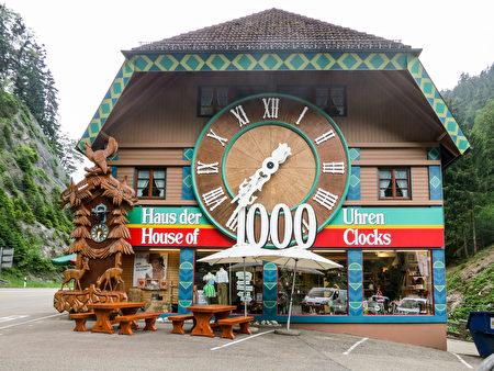 世界最大的布穀鳥鐘實際上就是一個小木屋,整棟屋就是一座布穀鳥鐘。×黑森林旅遊局提供)