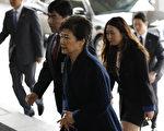 被弹劾下台的韩国前总统朴槿惠今天(21日)应要求前往首尔中央地方检察厅接受调查。(AFP PHOTO / KIM HONG-JI)