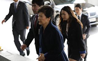被彈劾下台的韓國前總統朴槿惠今天(21日)應要求前往首爾中央地方檢察廳接受調查。(AFP PHOTO / KIM HONG-JI)