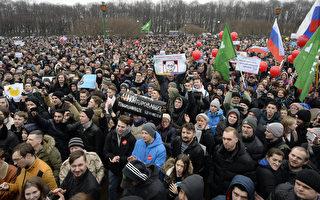 俄羅斯週日(26日)多個大城市爆發大規模反腐敗示威,其中有數百名抗議者遭拘捕。美國政府譴責俄國官方拘捕抗議者。(AFP PHOTO / Olga MALTSEVA)