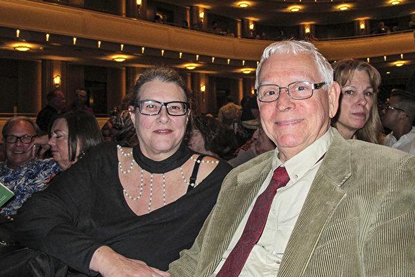 3月11日下午,艺术家Charlie Hinzie和妻子Jane Hall一同观看了神韵国际艺术团在拉斯维加斯的斯密思表演艺术中心的第二场演出。(麦蕾 /大纪元)