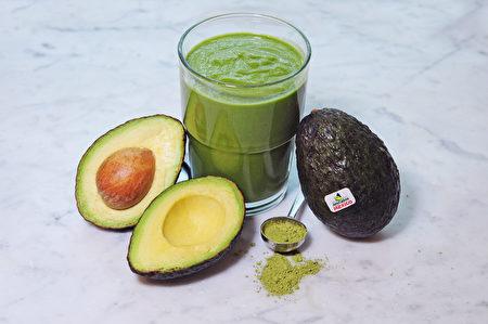 图:饮用一杯充满蛋白质、维生素、铁和抗氧化剂的低卡路里奶昔。开始新的一天。(图片由Avocados from Mexico提供)
