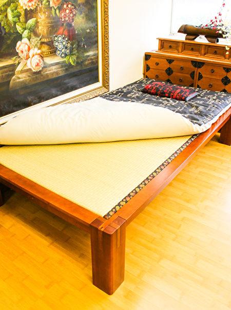 旧金山湾区Murasaki榻榻米床以传统木工接榫,木条、板之间契合严密,扎实稳当。(王文旭/大纪元)
