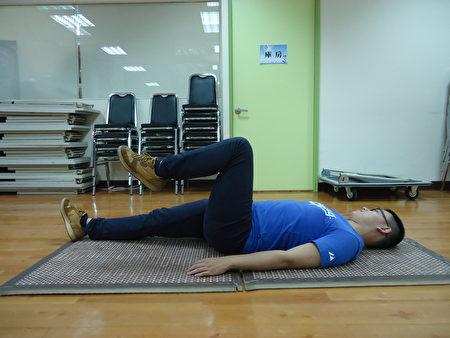 平躺屈膝:平躺地面,兩手掌放在腹部兩側,收縮腹肌讓雙腿伸直,輪流單腿彎曲再伸直。(王堯弘提供)