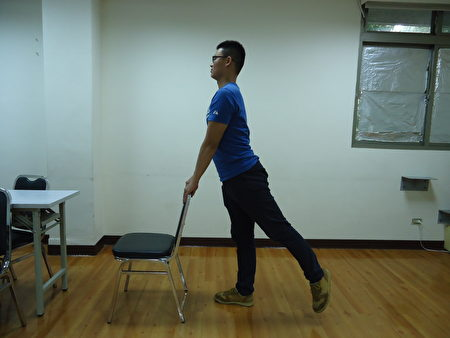 站姿腳後抬:手扶椅背,輪流將腳往後抬起,這式較簡單,上班族可以在辦公室做。(王堯弘提供)