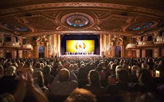 神韵世界艺术团3月4日在波士顿博赫王安剧院(Boch Center Wang Theatre)成功上演今年在波士顿两天四场的首场爆满。演出结束,观众热情鼓掌。(艾文/大纪元)