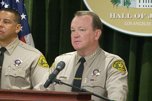 """洛县警长麦克唐纳 (Jim McDonnell) (右) 近日致信州参议院,表示反对""""庇护州""""提案。(杨阳/大纪元)"""