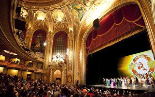 神韵艺术团2011年在波士顿王安剧院(Center Wang Theatre)演出圆满落幕,全场观众起立鼓掌。(爱德华/大纪元)