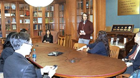 工作人員為來賓介紹中心圖書館及其歷史與收藏。 ( 貝拉 / 大紀元 )