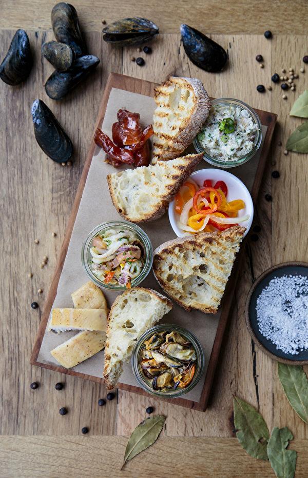 新泽西-霍伯肯Halifax餐馆的海鲜熟食盘。(Samira Bouaou/大纪元)