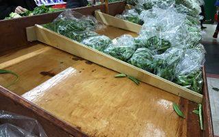 為應對暴風雪來襲,華人搶購囤貨,法拉盛中國超市內的部分食品售空。 (林丹/大紀元)