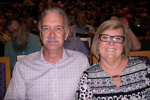 公司主管Mark Webber和太太Pam Webber观看了神韵。(于丽丽/大纪元)
