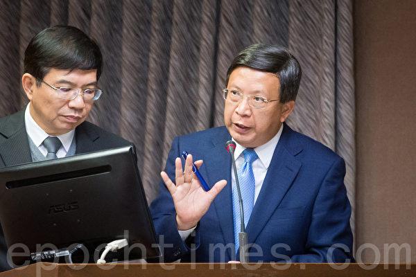 中華郵政董事長翁文祺(右)表示,已研議調整郵資,調整後中華郵政核心本業即不會虧損,估計可支撐10年。(陳柏州/大紀元)