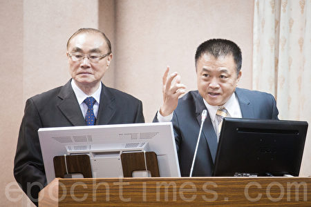 國防部作計室次長姜振中(右)表示,國軍有愛國者3型飛彈可以有效攔截中共「東風16型彈道飛彈」,不會讓飛彈落在台灣本土。左為國防部長馮世寬。(陳柏州/大紀元)