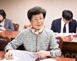 陸委會主委張小月(前)20日表示,兩岸經貿為兩岸和平發展的基石,希望雙方就不同議題坐下來談,恢復過去的溝通管道。(陳柏州/大紀元)