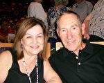 Michael Markson先生和太太Anita Markson觀看了神韻。(于麗麗/大紀元)