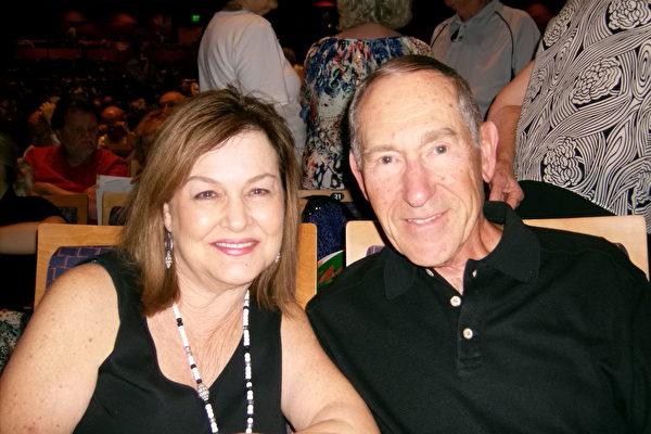 Michael Markson先生和太太Anita Markson观看了神韵。(于丽丽/大纪元)