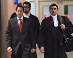 1月26日,蒙特利尔前市长阿波鲍姆(左)与律师一同离开法庭。阿波鲍姆被指控包括欺骗政府、共谋、滥用信任等14项罪名。(加通社)