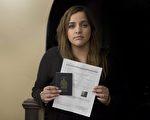 蒙特利尔出生的加拿大公民曼皮·库娜(Manpreet Kooner)和朋友一起去美国佛蒙特州,但被美方边检人员拒绝入境。图为库娜手持加拿大护照和美国边境服务处向她开具的文件。(加通社)
