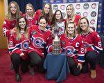 3月8日星期三,蒙特利尔加拿大人女子冰球队在夺冠后的一个新闻发布会上合影。(加通社)