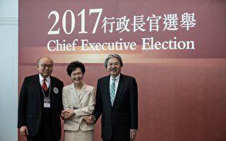 2017年3月26日,五年一度的香港特首選舉中,三位參選人合影,左起:退休法官胡國興,親中建制派的林鄭月娥,與民調最高的前財政司司長曾俊華。(DALE DE LA REY/AFP/Getty Images)