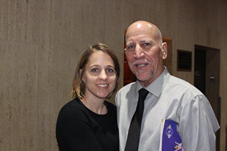 Alan and Stephanie Lendreth父女倆於3月1日晚來到克萊斯勒廳觀看神韻。(蕭恩/大紀元)