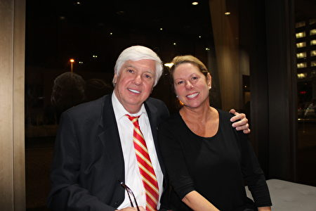 Morgan Davis是维吉尼亚汉普顿港市最大的社区银行——Towne银行的总裁及总监,在2016被当地杂志评为最有影响力人物第三名,他和太太Sherry Davis观看了神韵演出。(萧恩/大纪元)