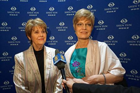 為放射學學生進行臨床指導的Dawn Dorman帶著母親Charlene Miller來看演出。Dorman笑著說:「我其實主要是帶我媽媽來看,但我自己看完也陶醉其中!」(新唐人電視台)