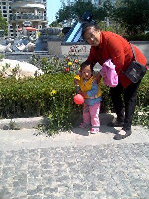 正在照顾孩子的王姨(大纪元)