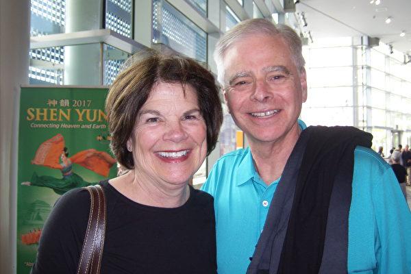 Claudette和Jim Hamerski夫妇观看了神韵国际艺术团3月22日下午在梅沙市池田剧院的第二场演出。(于丽丽/大纪元)