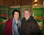 詩人Nancy Brunellen女士(右)與朋友Elveta Brunelle女士(左)欣賞了神韻北美藝術團在佛蒙特州伯靈頓市的演出後,形容神韻如詩如畫。(秦川/大紀元)