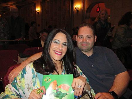 3月25日下午, CBS娛樂節目製作部經理Nachole Seikaly與先生Sean baker為慶祝結婚六週年紀念日,從洛杉磯驅車百里前來聖巴巴拉市觀賞神韻國際藝術團在美國南加州聖巴巴拉格蘭納達劇院的第二場演出。(大紀元/李清怡)