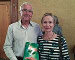 墨尔本大学的心理学教授Virginia Holmes女士和朋友、来自英国的Tony Mason先生,观赏了3月25日下午的神韵演出。(刘珍/大纪元)