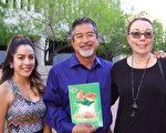 前县多元文化部门主管Ed Guerrero与家人一起观看了神韵国际艺术团3月19日周日下午在凤凰城奥芬剧院的第七场演出。(于丽丽/大纪元)