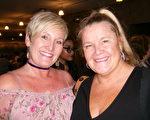 Shelley Williams女士和朋友Mary-Louisa Thompson女士结伴,欣赏了神韵演出。(于丽丽/大纪元)