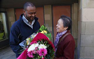 李鳳陽送鮮花給塔迪斯