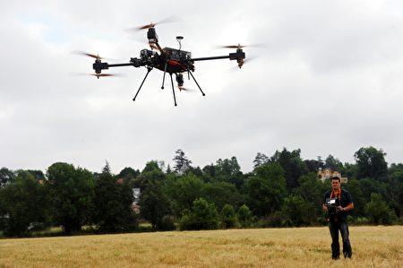 自从2016年8月,美国联邦航空管理局(FAA)放松对无人机的限制措施,操作无人机不再需要FAA飞行员执照,而且无人机也被允许用在商业用途上。 (IROZ GAIZKA/AFP/Getty Images)
