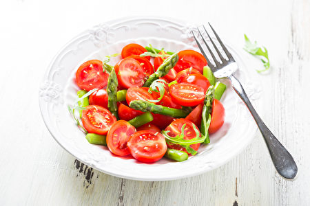 Fresh salad with cherry tomatoes and asparagus