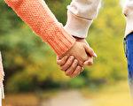情侣手牵着手在公园里(fotolia)
