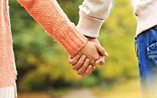 情侶手牽著手在公園裡(fotolia)
