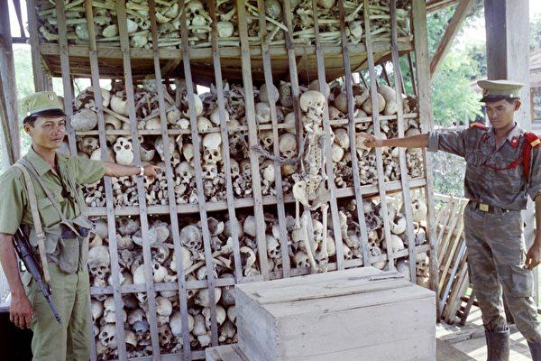 柬埔寨诗梳风一家寺院里保存着3000多个赤棉受难者的头骨。摄于1991年。(STEFAN ELLIS/AFP/Getty Images)