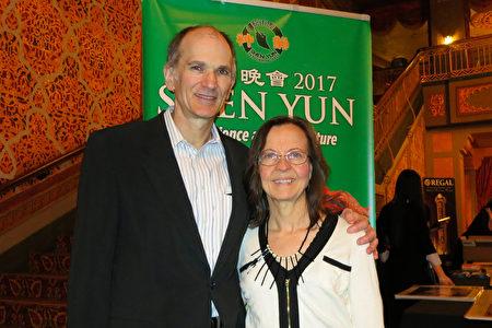 Laureta Smith是田纳西大学的一位化学讲师, 她与她的先生Craig Smith一起观看了神韵巡回艺术团于2月28日晚上在诺克斯维尔的演出。(林南宇/大纪元)