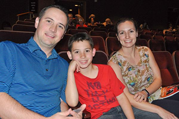 律师Sean Shaddy先生和太太Heidi 及儿子一家三口都对神韵演出赞赏有加。(乐原/大纪元)