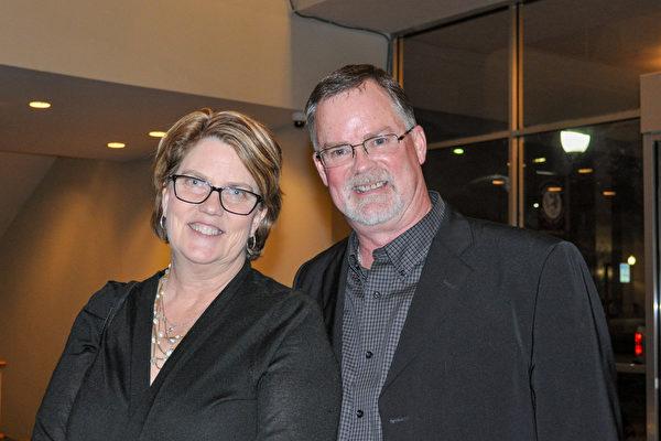 2月28 日晚,牧师Mark Whitley先生和太太Susan表示,观赏神韵演出后感受到中国文化生命力之强令人震撼。(乐原/大纪元)