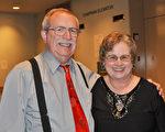 退休中學天文學教師John Land與太太Marilyn Land為神韻演出的高超水平和完美效果深深陶醉。(樂原/大紀元)