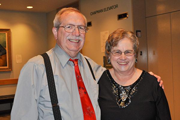 退休中学天文学教师John Land与太太Marilyn Land为神韵演出的高超水平和完美效果深深陶醉。(乐原/大纪元)