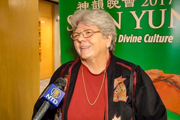 一家私立辅导公司的老板Karen Dawson女士表示,很高兴神韵艺术团把中国古典舞这种艺术形式不断传承下去。(新唐人电视台)