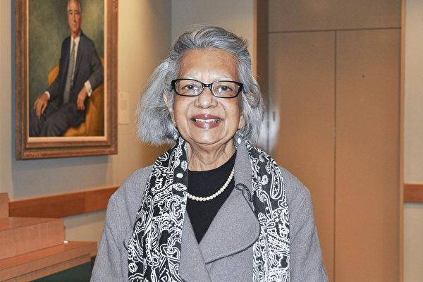 """知名的国际演说家、大学退休教授Deema de Silva博士对神韵演出体现的""""真善忍""""内涵深感共鸣。(乐原/大纪元)"""