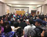 日落区Taraval警局社区室挤满反对大麻店的民众。(林骁然/大纪元)